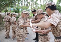 参加广西桂平儿童军训夏令营体验真枪实弹!